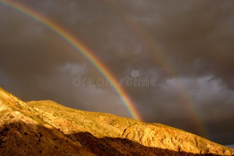 Arc-en-ciel de désert photos stock