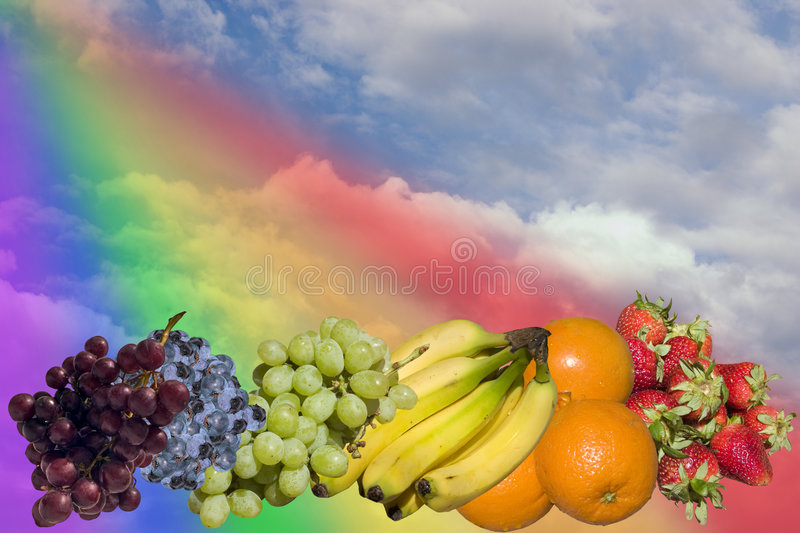 Arc-en-ciel de fruit en nuages photos libres de droits