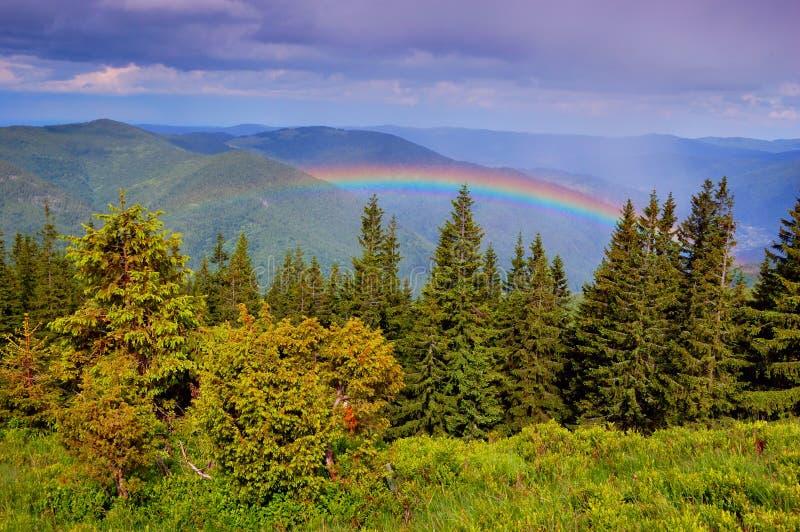 Arc-en-ciel en montagnes images libres de droits