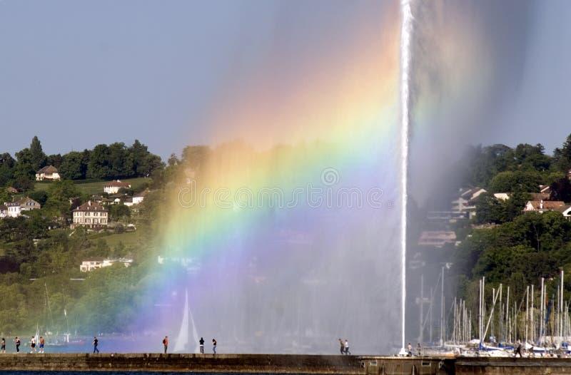 Arc-en-ciel et fontaine photographie stock libre de droits