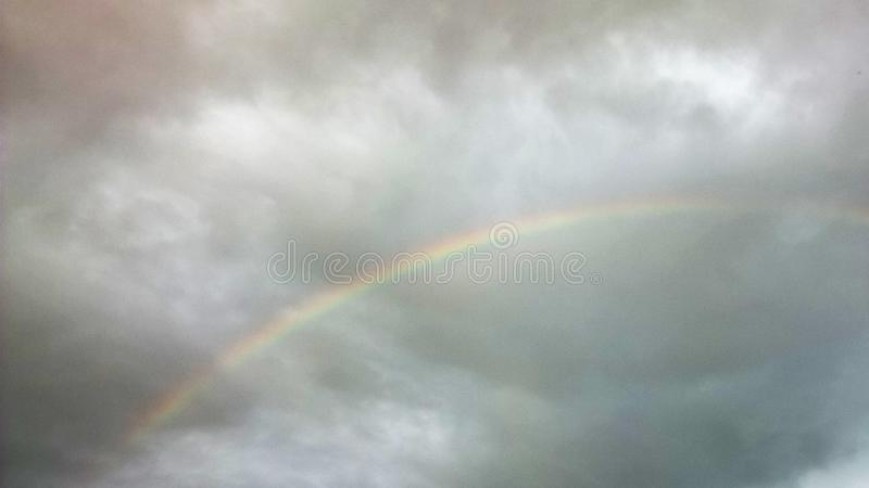 Arc-en-ciel et nuages photo stock
