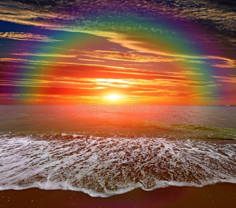 Arc-en-ciel gentil au-dessus de mer photo libre de droits