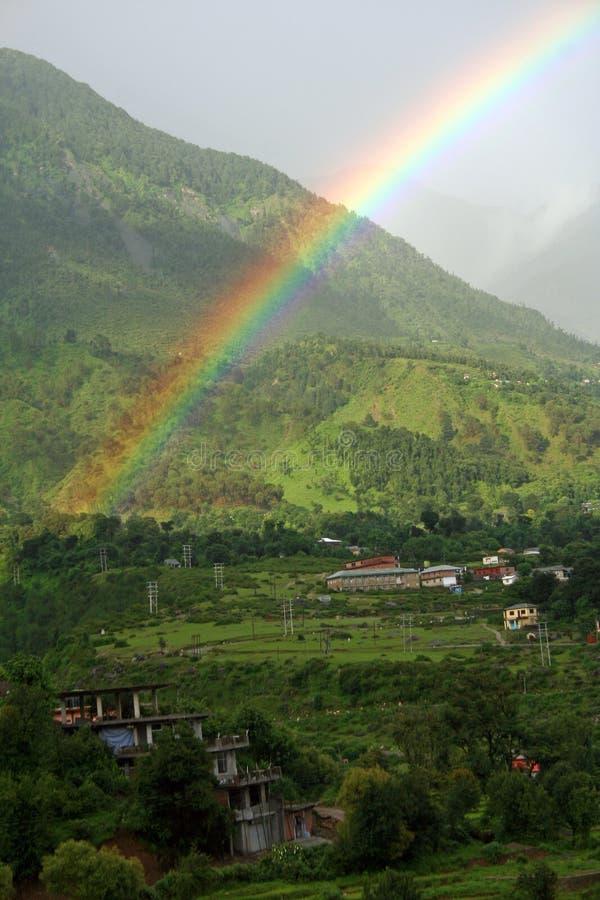 Arc-en-ciel normal après pluie en vallée Inde de Kangra photographie stock libre de droits