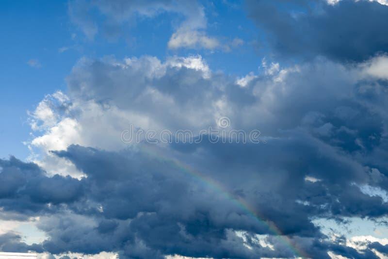 Arc-en-ciel en nuages de tonnerre photos stock