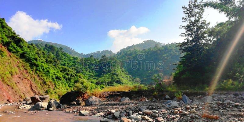 Arc-en-ciel, rivière et colline photos libres de droits