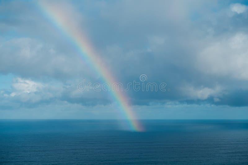Arc-en-ciel sur l'océan, fin d'arc-en-ciel sur l'océan photo libre de droits