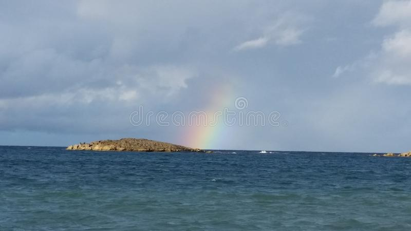 Arc-en-ciel sur la plage photos stock