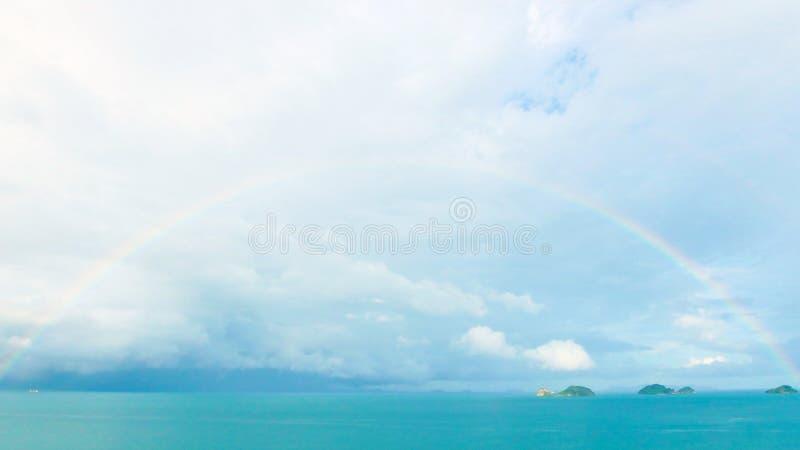 Arc-en-ciel sur le ciel, mer, océan après avoir plu le panorama nuageux de jour photographie stock libre de droits
