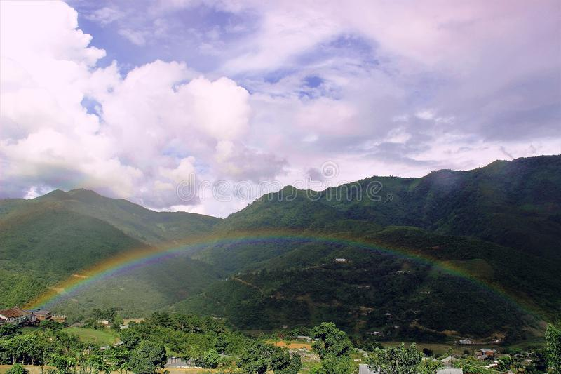 Arc-en-ciel sur Sunny Day photos libres de droits