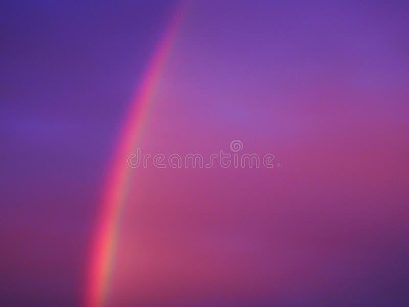 Arc-en-ciel vif coloré dans la soirée, Lithuanie photographie stock