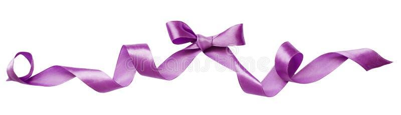 Arc en soie lilas de ruban images stock
