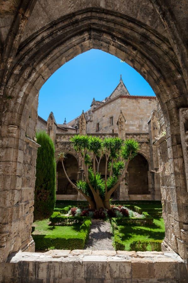 Arc et jardin au cloître de cathédrale de saint juste à Narbonne dedans photos stock