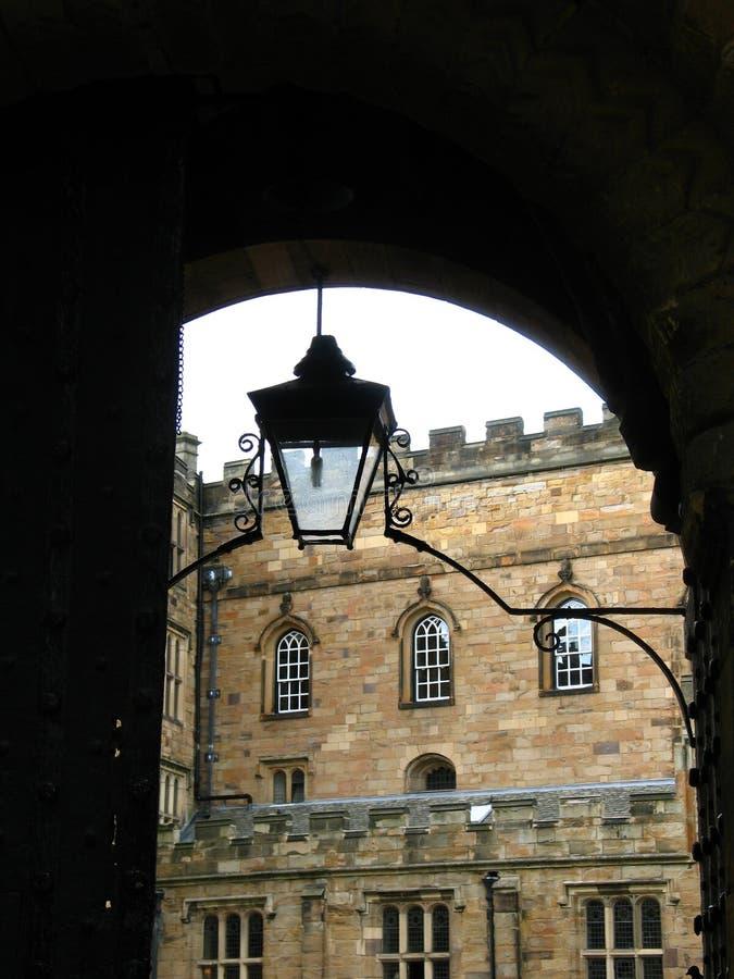 Arc et lampe dans le château de Durham images libres de droits