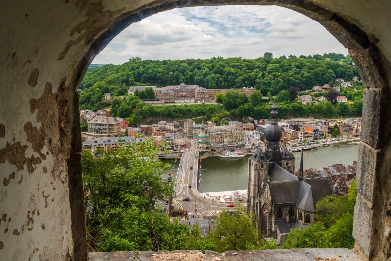 Arc-Fenster Blick auf die schöne Dinant Stadt aus Zitadelle von Dinant, Namur, Belgium stockfotografie