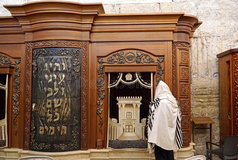 arca che tiene i rotoli di Torah alla parete occidentale immagine stock