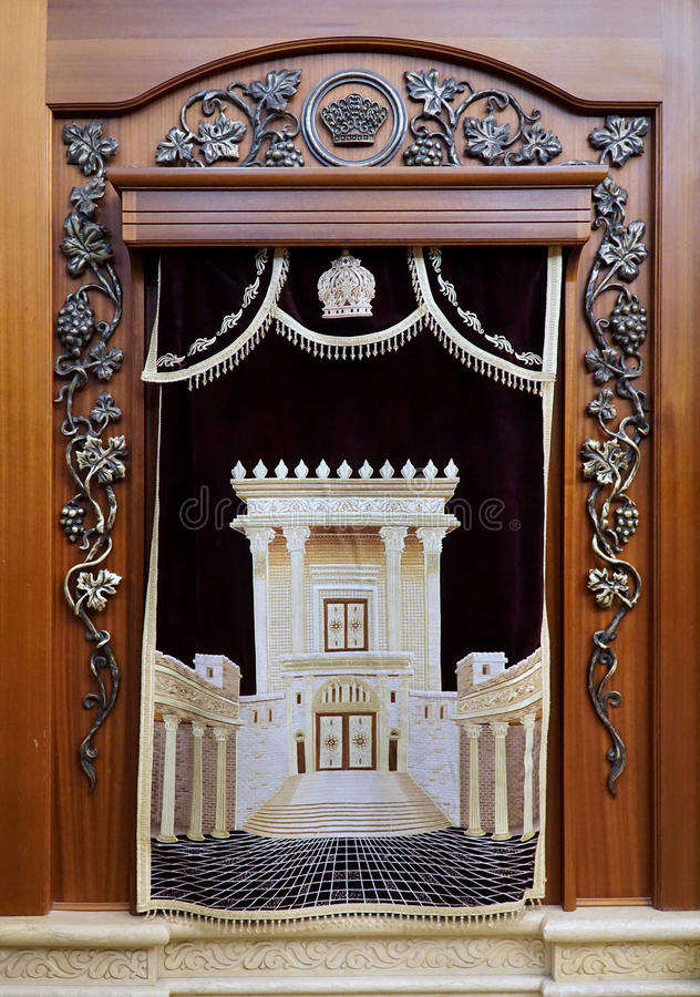 arca che tiene i rotoli di Torah alla parete occidentale fotografia stock