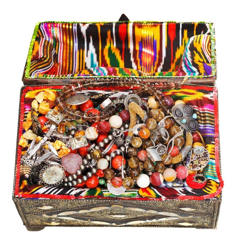 Arca do tesouro antiga com joia antiga fotografia de stock