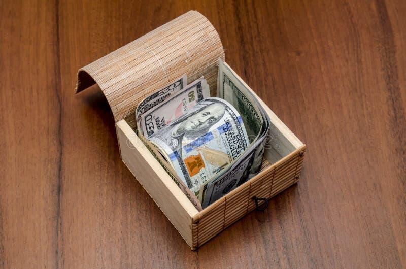 Arca do tesouro com dólares foto de stock