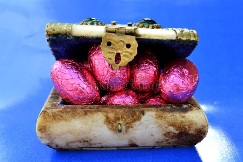 Arca do tesouro completamente com ovos da páscoa do chocolate imagem de stock
