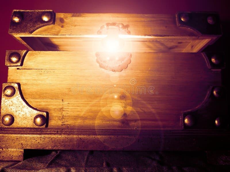 Arca do tesouro de incandescência mágica imagens de stock