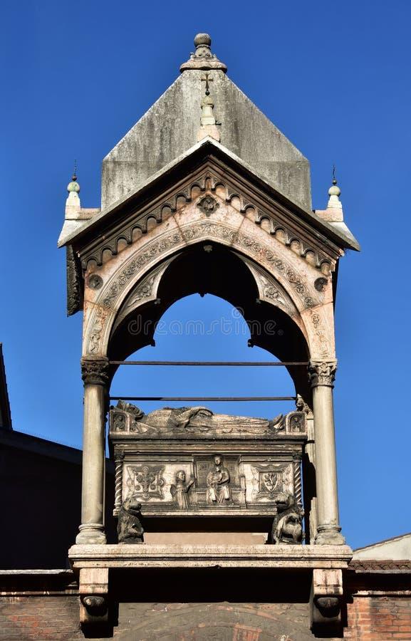 Arca funeraria a Verona, un modello di Guglielmo da Castelbarco per le feccie fotografia stock