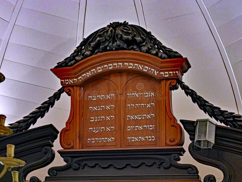 Arca histórica de la sinagoga para sostener las volutas de Torah foto de archivo