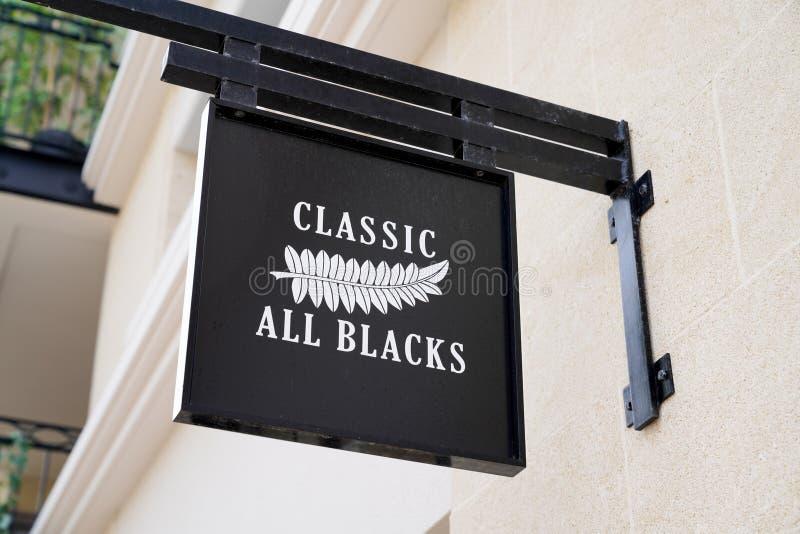 Arcachon , Aquitaine / Франция - 10 08 2019 : логотип знак классика все черные новые zealand rugby магазин мод магазин стоковая фотография rf
