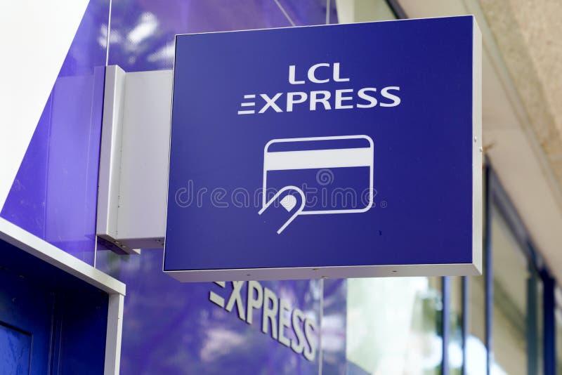 Arcachon , Aquitaine / Франция - 10 08 2019 : lcl atm cash machine sign office стоковое изображение rf