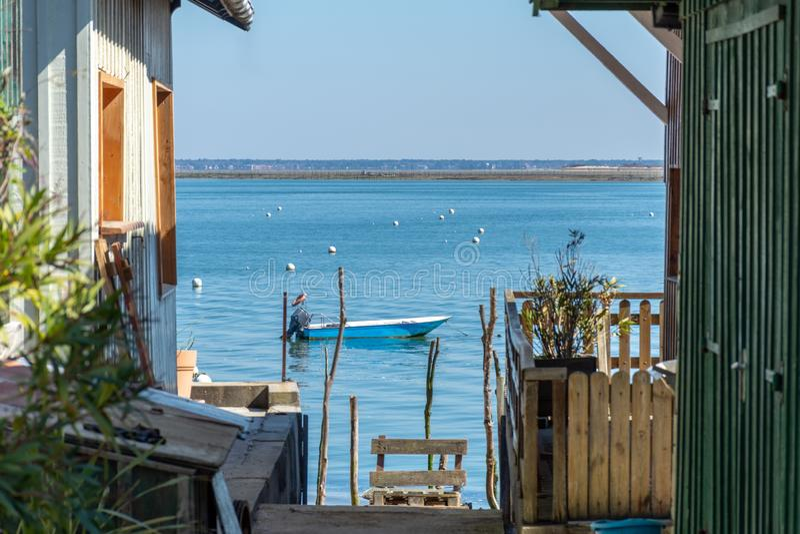 Arcachon Baai, Frankrijk Blokhuizen in het oesterdorp van Le Canon stock afbeelding
