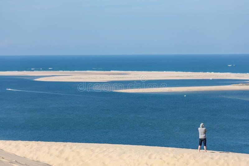Arcachon fjärd, Frankrike: sikt över sandbanken av Arguin från dyn av Pilat royaltyfria foton