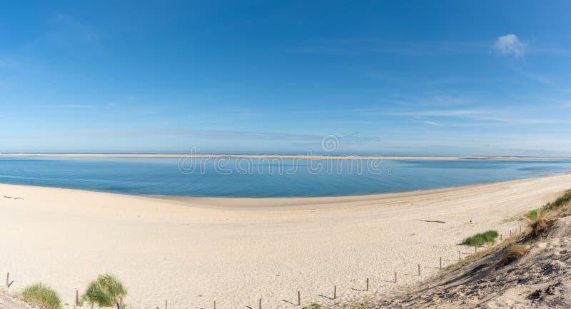 Arcachon fj?rd, Frankrike: stranden Petit Nice framme av sandbanken av Arguin och n?stan dyn av Pilat royaltyfri bild