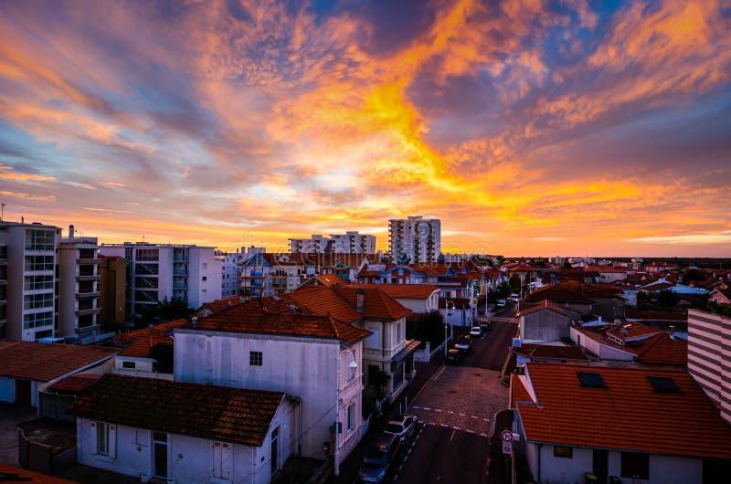 Arcachon, Frankreich - 23. Oktober 2013 Brennender Sonnenuntergang mit Wolken über Stadt stockfotografie