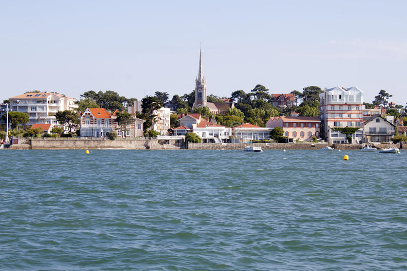 Arcachon-Küste von einem Boot, welches das Notre Dame-basilique sieht stockfoto