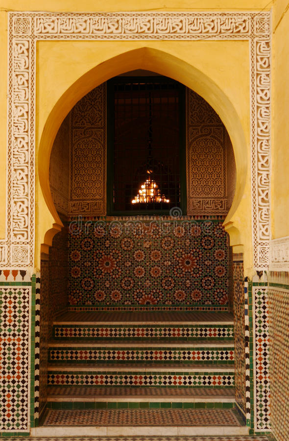 Arcada adornada en el mausoleo de Moulay Ismail en Meknes, Marruecos foto de archivo
