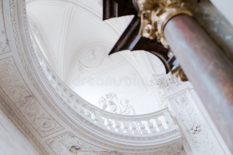 Arcada ambulatória branca da parede interior barroco do teto da igreja fotografia de stock