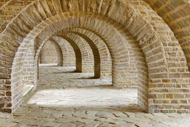 Arcada com muitos arcos da pedra, túnel antigo fotografia de stock royalty free