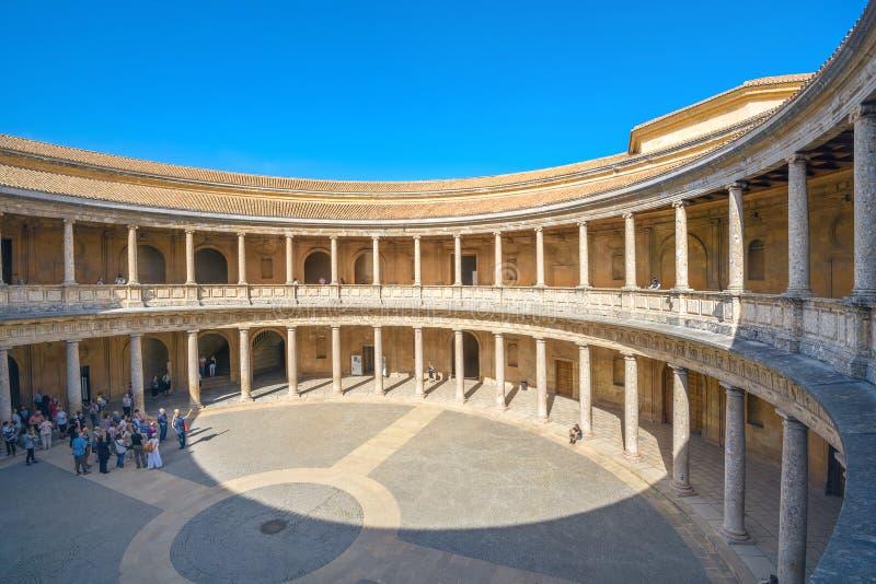Arcada con las columnas del palacio Charles de Alhambra V en Granada y fotos de archivo libres de regalías