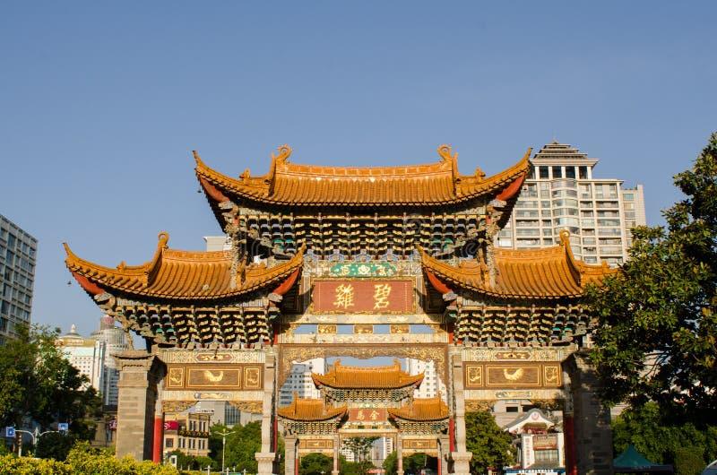 Arcada conmemorativa en provincia de Kunming, Yunnan imagenes de archivo