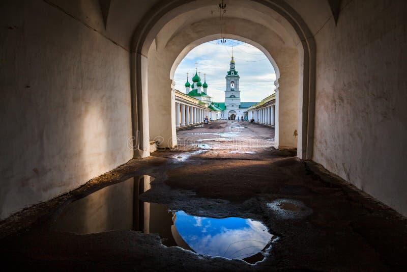 Arcada da compra da cidade velha de Kostroma Rússia foto de stock