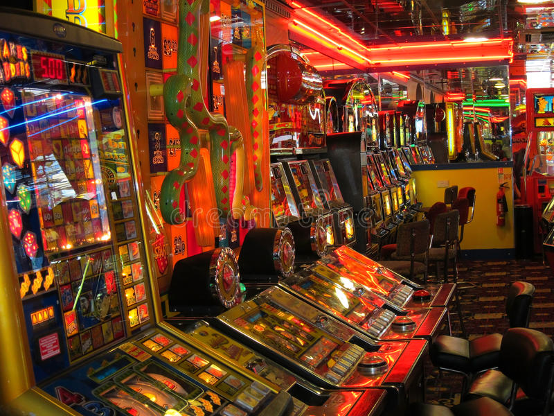 Arcada de la diversión con las máquinas del juego. imagen de archivo libre de regalías