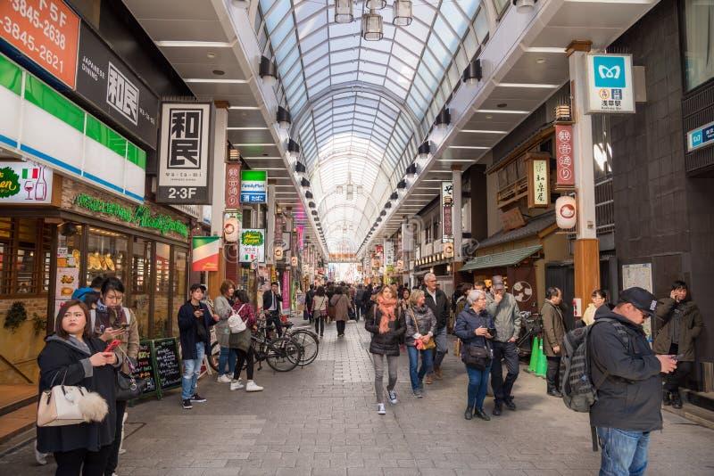 Arcada de las compras en Asakusa, Tokio imagen de archivo