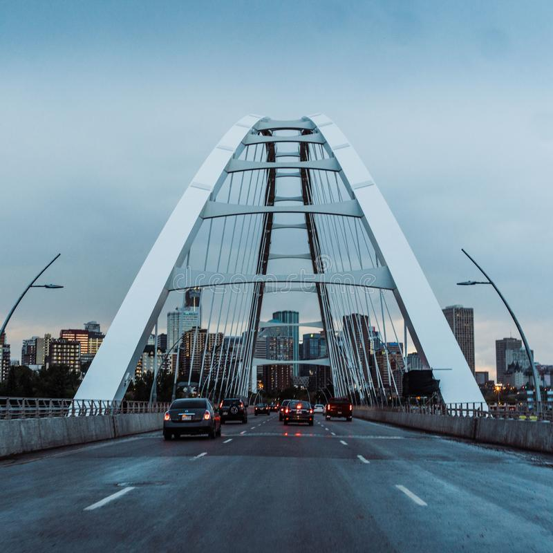 Arcada de puente colgante con el camino foto de archivo