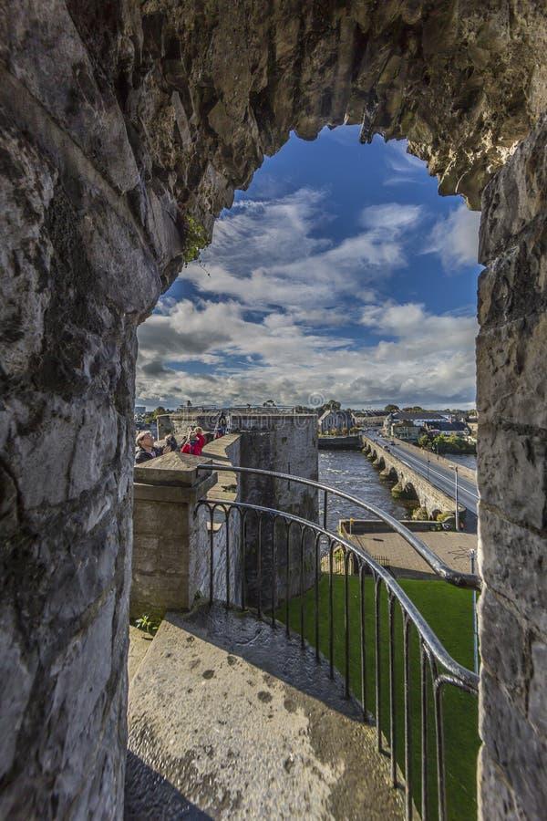 Arcada del canal de la visión a la pared de la ciudad de la quintilla imágenes de archivo libres de regalías