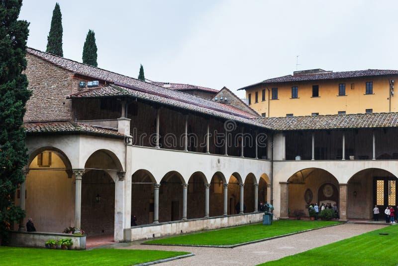 Arcada del claustro de los di Santa Croce de la basílica imagenes de archivo