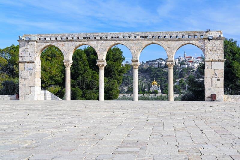 Arcada em Temple Mount e em igreja de Maria Magdalene, Jerusalém fotografia de stock