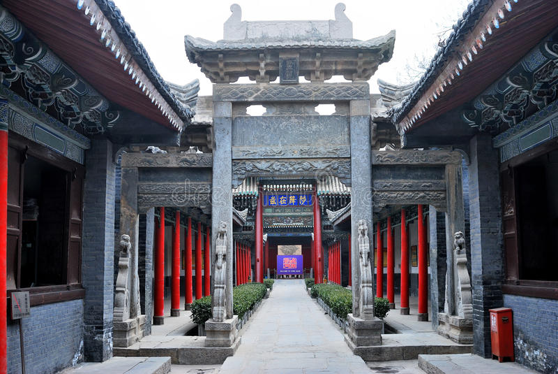 Arcada en el patio de un edificio viejo chino fotografía de archivo
