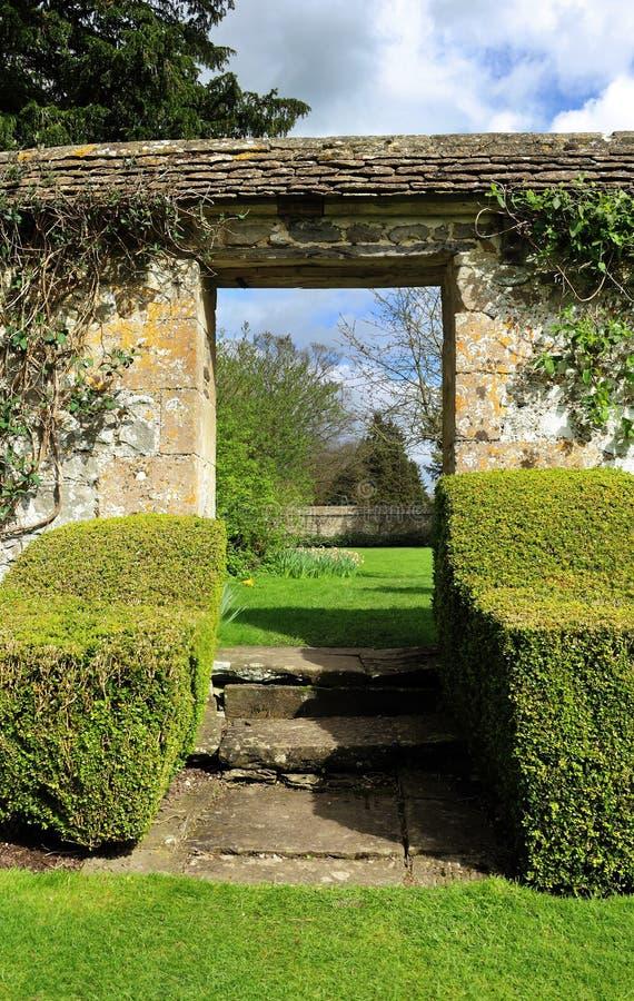 Arcada en un jardín inglés del paisaje foto de archivo libre de regalías