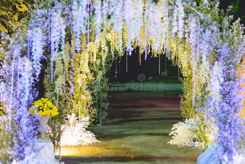 Arcada hermosa de las luces LED y de las flores foto de archivo libre de regalías