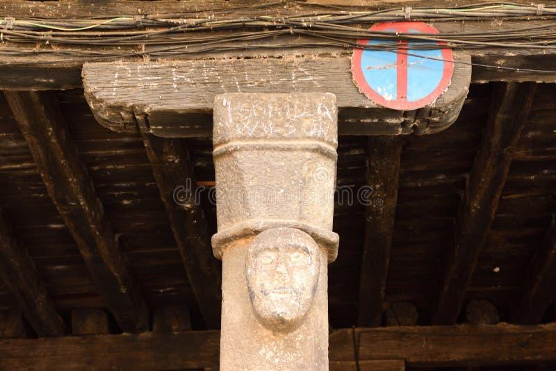 Arcada que abriga el mercado en días lluviosos, plaza principal de San Martin del Castanar; imagen de archivo libre de regalías