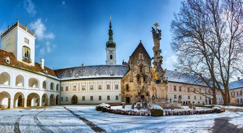 Arcada y yarda interna del monasterio de Heiligenkreuz imágenes de archivo libres de regalías
